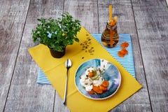 Een samenstelling van ontbijtkom roomijs, uiterst kleine boom, fles abrikozensap op een lijstachtergrond Gezonde brunch stock fotografie