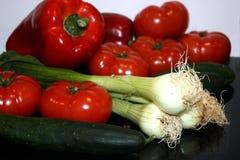 Een samenstelling van verse groentenpeper, tomaten, uien, komkommers stock foto's