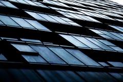 Een samenvatting van flatvensters en balkons dat wordt geschoten royalty-vrije stock afbeelding