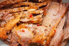 Een sappig vers gebakken varkensvlees met kruiden en kruid op houten scherpe raad royalty-vrije stock foto's