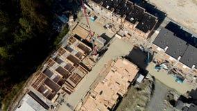 Een satellietbeeld van een complex huis in de stad en een nieuwe ontwikkeling in aanbouw nabijgelegen in Noord-Vancouver, BC stock video