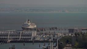 Een satellietbeeld van een schip dichtbij de de havenkade van Lissabon stock video