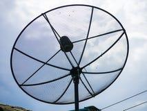 Een satellietschotel op het dak royalty-vrije stock foto