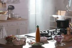 Een sausfles zette op teller met heel wat ingrediënt Royalty-vrije Stock Fotografie