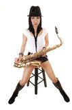 Een saxofonistzitting. Stock Fotografie