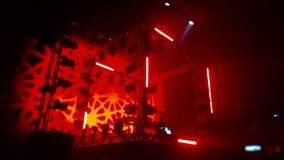 Een scène met een lichte show van vele rode roterende lichten stock video