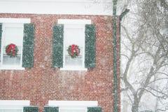 Een scène van de vakantiesneeuw van Kerstmis verfraaide huis Stock Foto's