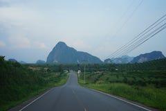 Een scène van de weg aan baai phang-Nga Stock Fotografie