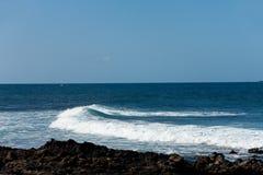 Een scène van de Zomer, een Strand en Golven, kustlijn royalty-vrije stock afbeelding