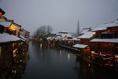 Een sccenery van Wu zhen oude stad in de winter in nacht, China stock afbeeldingen