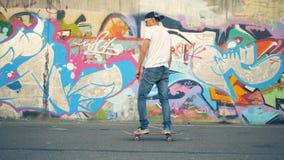Een schaatser berijdt zijn raad in een skatepark 4K stock videobeelden