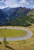 Een scherpe draai in Grossglockner Alpenstrasse met Hohe Tauern op de achtergrond royalty-vrije stock foto