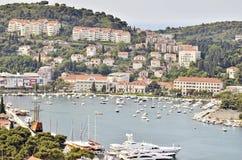 Een schiereiland met huizen en boten in de kust van Kroatië Stock Foto's
