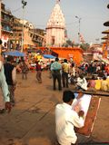 Een schilder in Varanasi, India stock fotografie