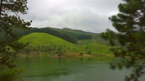 Een schilderachtig meer op de bergen stock fotografie