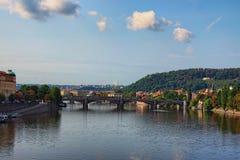 Een schilderachtige mening aan Manes Bridge, Charles Bridge en de Vltava-Rivier van Svatopluk Cech Bridge Cech Bridge Royalty-vrije Stock Foto's