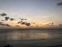 Een schilderachtige oranje zonsondergang in Uluwatu, Bali royalty-vrije stock afbeelding