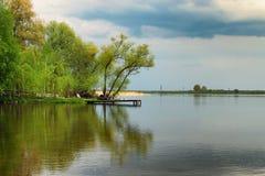 Een schilderachtige plaats voor rust en visserij op de kust van het meer Volyngebied ukraine Stock Afbeeldingen