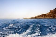 Een schip dat zich van de kust verwijdert royalty-vrije stock afbeeldingen