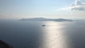 Een Schip dichtbij Santorini-Eiland stock videobeelden