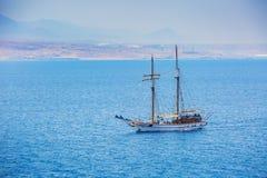 Een schip met een mast op de overzeese achtergrond Royalty-vrije Stock Fotografie