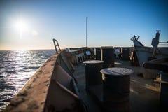 Een schip met lading in het overzees royalty-vrije stock afbeelding