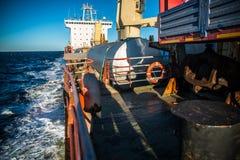 Een schip met lading in het overzees stock foto