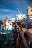 Een schip met lading in het overzees stock foto's