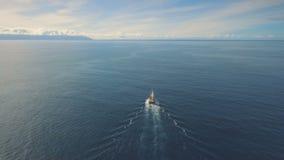 Een schip met zeilen die in de zonsondergang varen stock videobeelden