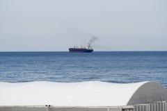 Een schip op de oceaan Stock Foto