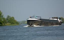 Een schip op de rivier maas stock foto's