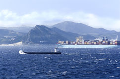 Een schip in ruwe overzees Royalty-vrije Stock Foto's