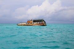 Een schip sloopte in de Caraïbische wateren van de Bahamas royalty-vrije stock foto