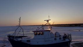 Een schip uit het water in de winter wordt genomen die stock videobeelden