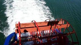 Een schip van de peddelspeculant vertrok van de pijler stock video