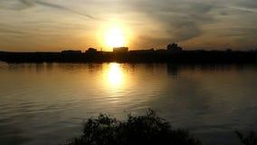 Een schitterende zonsondergang op een schilderachtig meer in de Oekraïne in de zomer stock videobeelden