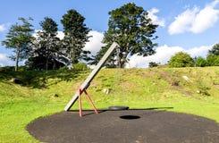 Een schommeling met een rubber ronde zetel die op vier kettingen in Duthie-parkspeelplaats hangen, Aberdeen stock foto's