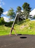 Een schommeling met een rubber ronde zetel die op vier kettingen in Duthie-parkspeelplaats hangen, Aberdeen royalty-vrije stock foto