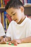 Een schooljongen in een primaire klasse Stock Afbeelding