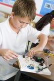Een schooljongen in een wetenschapsklasse Stock Foto's