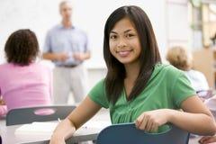 Een schoolmeisje in een middelbare schoolklasse Stock Fotografie