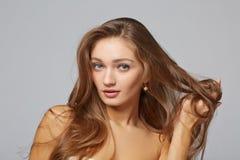 Een schoonheidsmeisje, op grijze achtergrond Royalty-vrije Stock Foto's