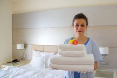 Een schoonmaakster in een hotelruimte Stock Fotografie