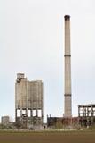 Een schoorsteen en een oude fabriek Royalty-vrije Stock Foto
