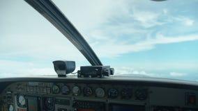 Een schot van het dashboard van een vliegtuig stock video