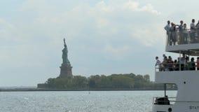 Een schot van een Standbeeld kruist schip die en het Standbeeld van Vrijheid overgaan openbaren stock footage