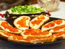 Een schotel met rode kaviaarsandwiches stock foto