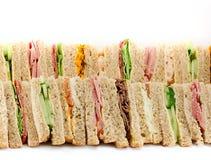 Een schotel van Driehoekige Sandwiches Stock Afbeeldingen