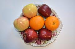 Een schotel van fruit Rijpe appelen en sinaasappelen royalty-vrije stock foto