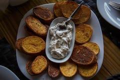 Een schotel van Georgische keuken, aardappels in Mexicaan royalty-vrije stock fotografie